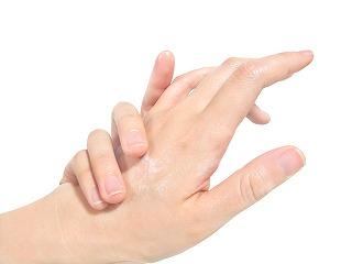 手湿疹の治療は、ステロイド外用1日2回よりステロイド外用1回+保湿1回の方が効果的