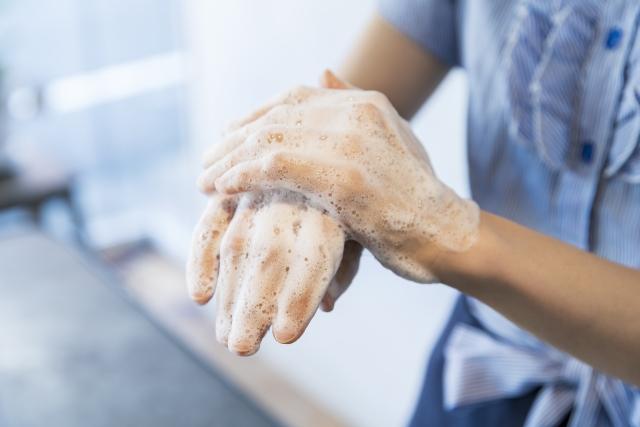 殺菌性石けんによる手洗いと、アルコールベースの手指衛生、どちらのほうが細菌の除去に効率的か?