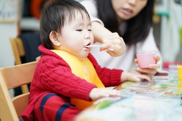 固形の食物に対する新生児-乳児消化管アレルギーの寛解は、乳のそれより長引くかもしれない