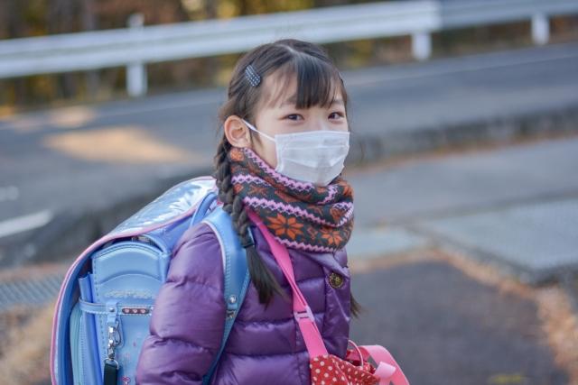 学校での新型コロナ発生時、自己隔離をする学校と接触者の抗原検査をする学校で、感染拡大抑制効果に差があるか?